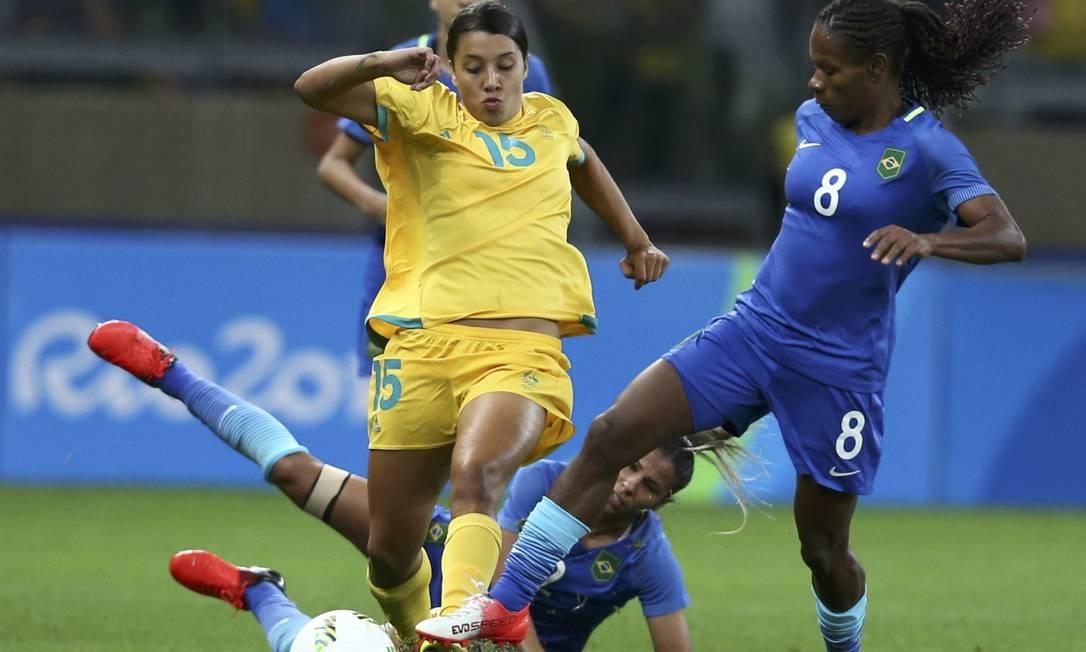A experiente Formiga desarma Samantha Kerr e impede um ataque da perigosa seleção da Austrália MARIANA BAZO / REUTERS