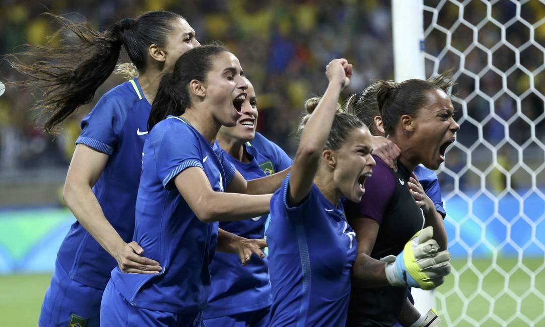 Jogadoras da seleção comemoram a vitória sobre a Austrália por 7 a 6 nos pênaltis MARIANA BAZO / REUTERS