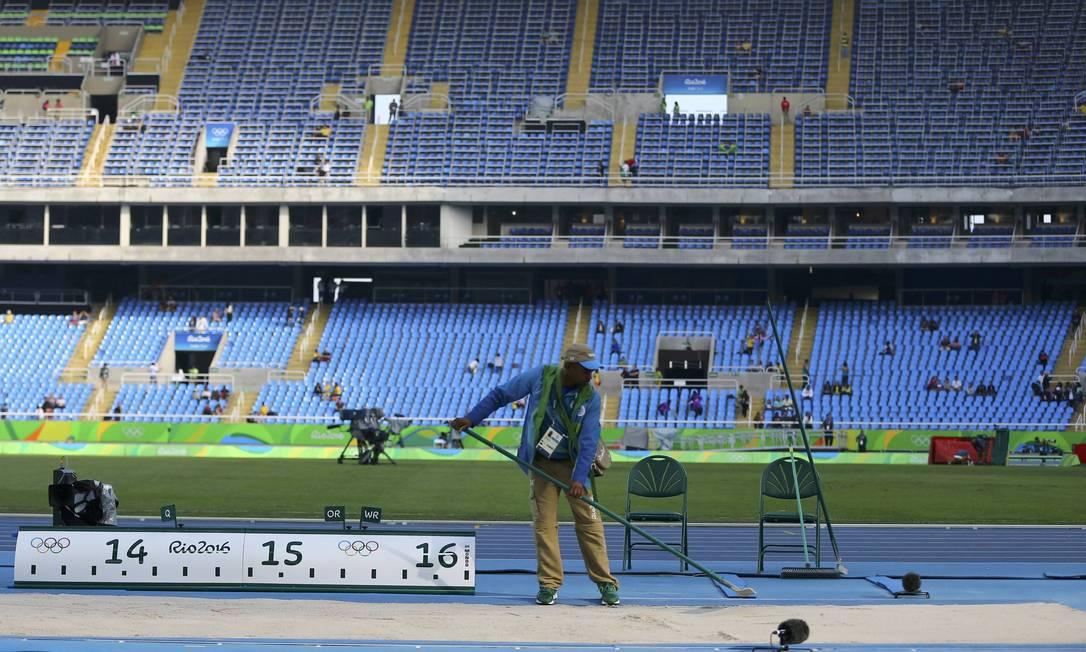 Preparativos finais no Estádio Olímpico quase vazio antes das competições de atletismo IVAN ALVARADO / REUTERS