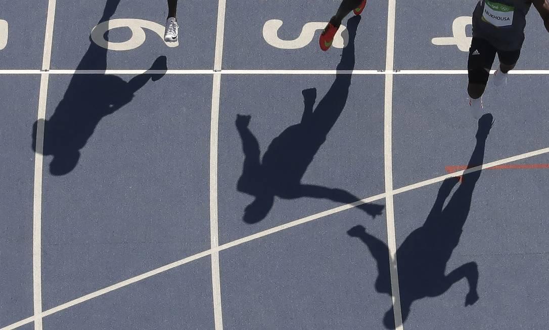 Competidores tentam avançar na classificatória dos 100m rasos Morry Gash / AP