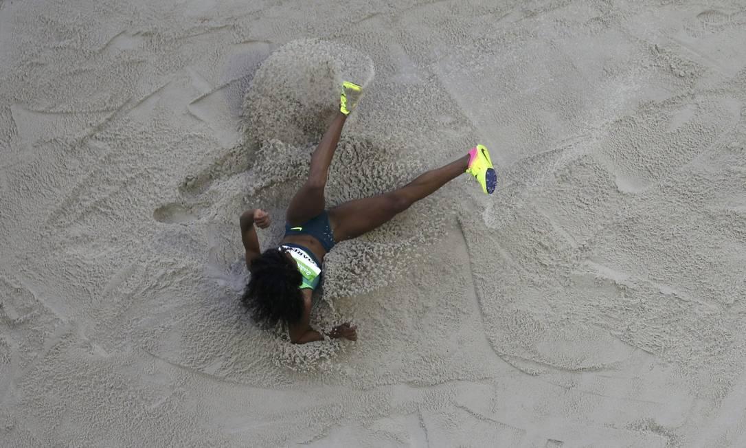 Nubia Soares 'aterrissa' no salto triplo do Estádio Olímpico FABRIZIO BENSCH / REUTERS