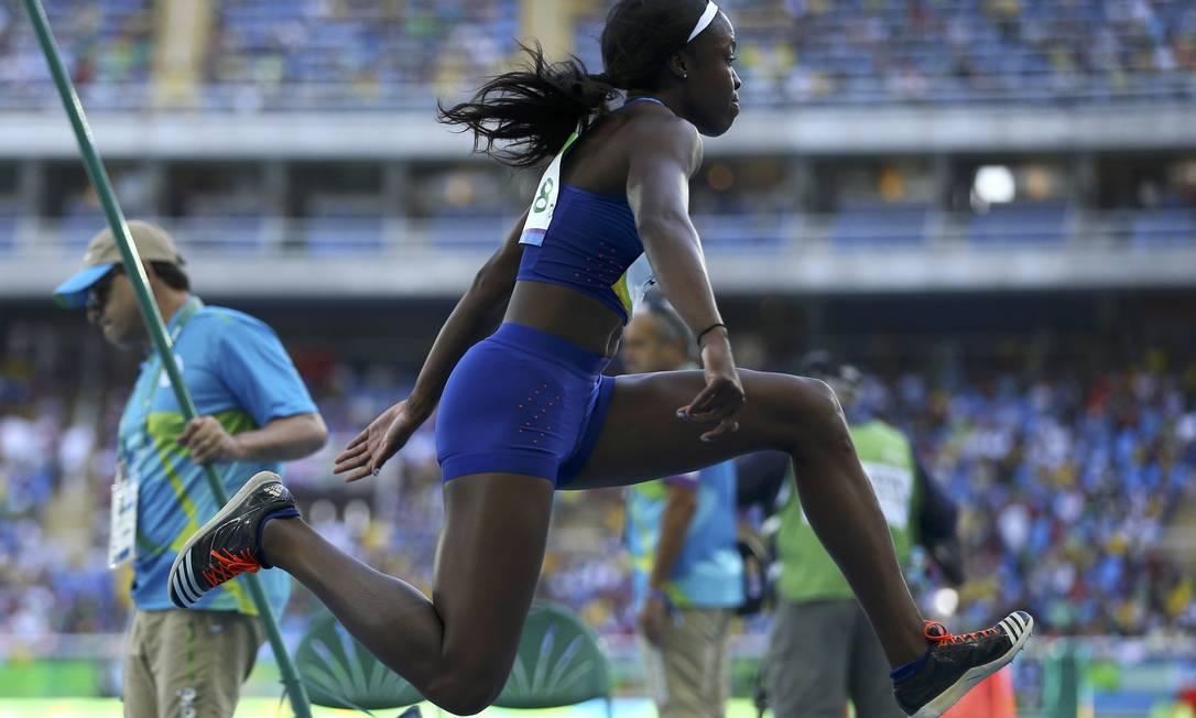 Christina Epps, dos Estados Unidos, salta diante do público, que começa a chegar no Estádio Olímpico IVAN ALVARADO / REUTERS