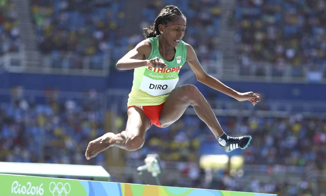 Após levar um pisão e ter que tirar a sapatilha para não perder tempo, a corredora etíope Etenesh Diro volta para a prova LUCY NICHOLSON / REUTERS
