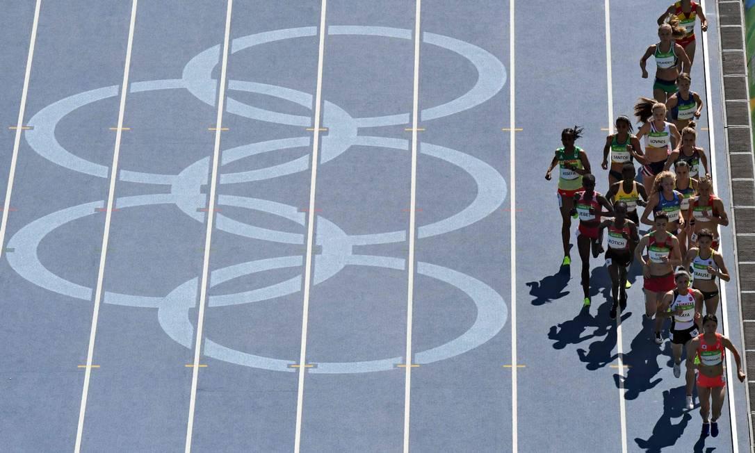 Pelotão feminino disputa eliminatória da prova dos 3.000 metros com obstáculos no Estádio Olímpico do Engenhão ANTONIN THUILLIER / AFP