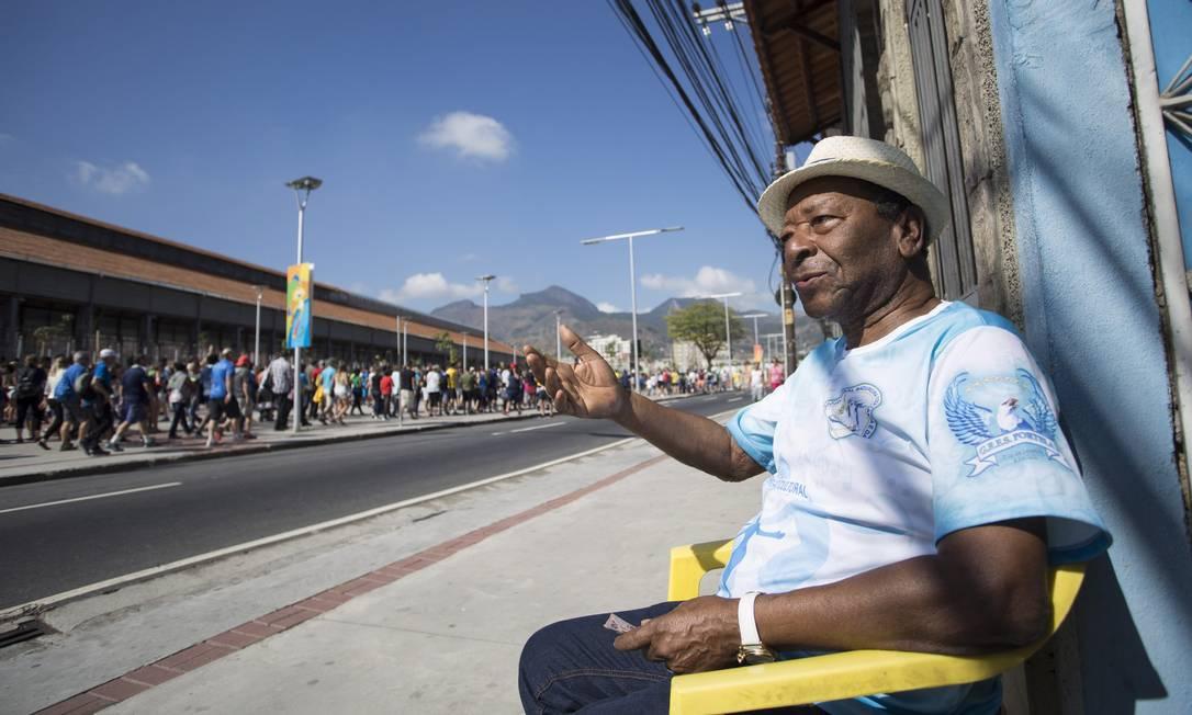 Da porta de casa no Engenho de Dentro, o compositor Noca da Portela observa o público chegando no Engenhão Ana Branco / Agência O Globo