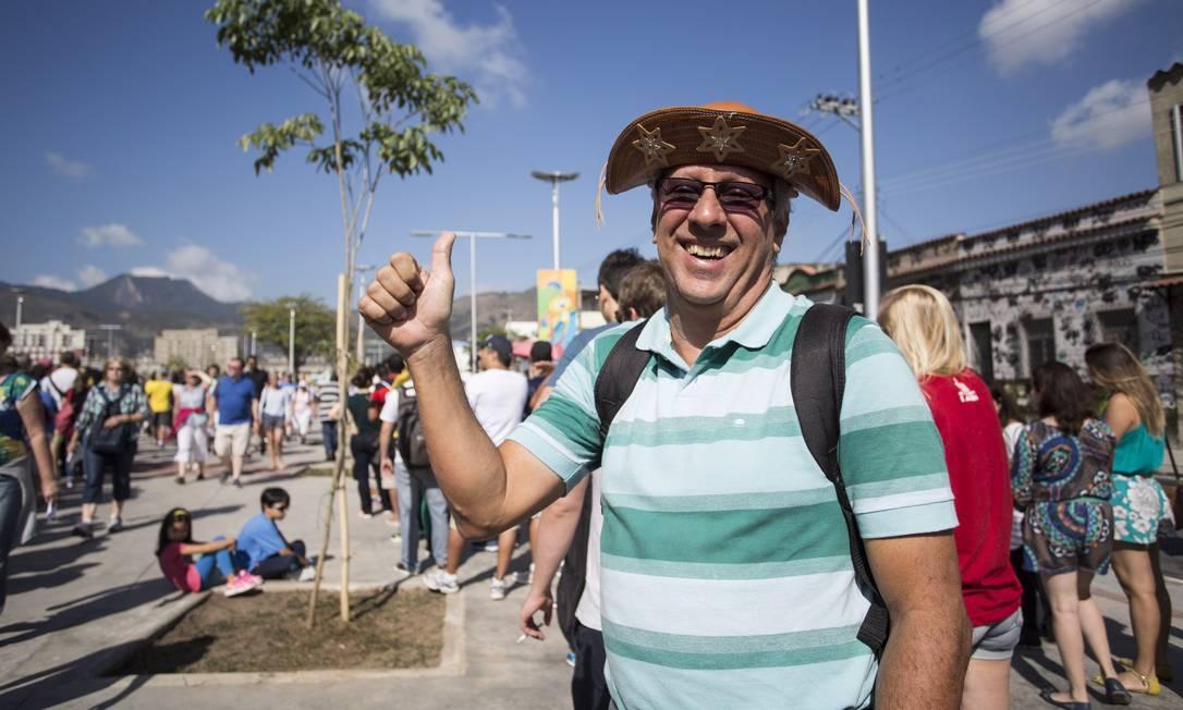 O público chegou cedo ao Engenhão. Antes das 7h, já havia movimentação ao redor do estádio Ana Branco / Agência O Globo