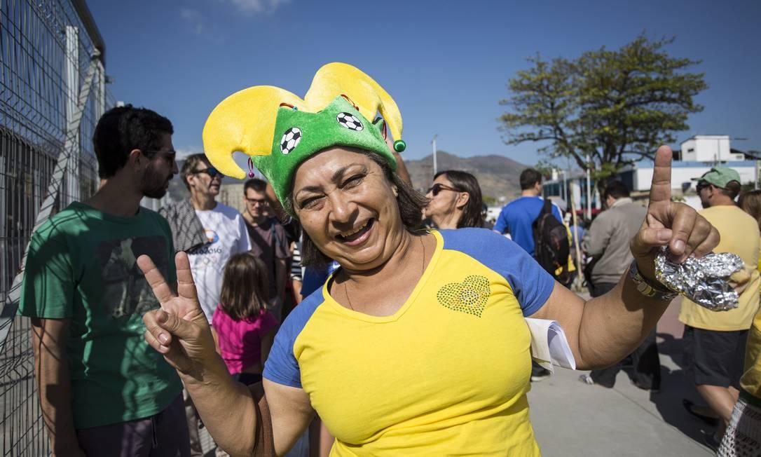 Rosa Santos veio de Niterói para torcer pelo Brasil e pela Jamaica no Engenhão Ana Branco / Agência O Globo