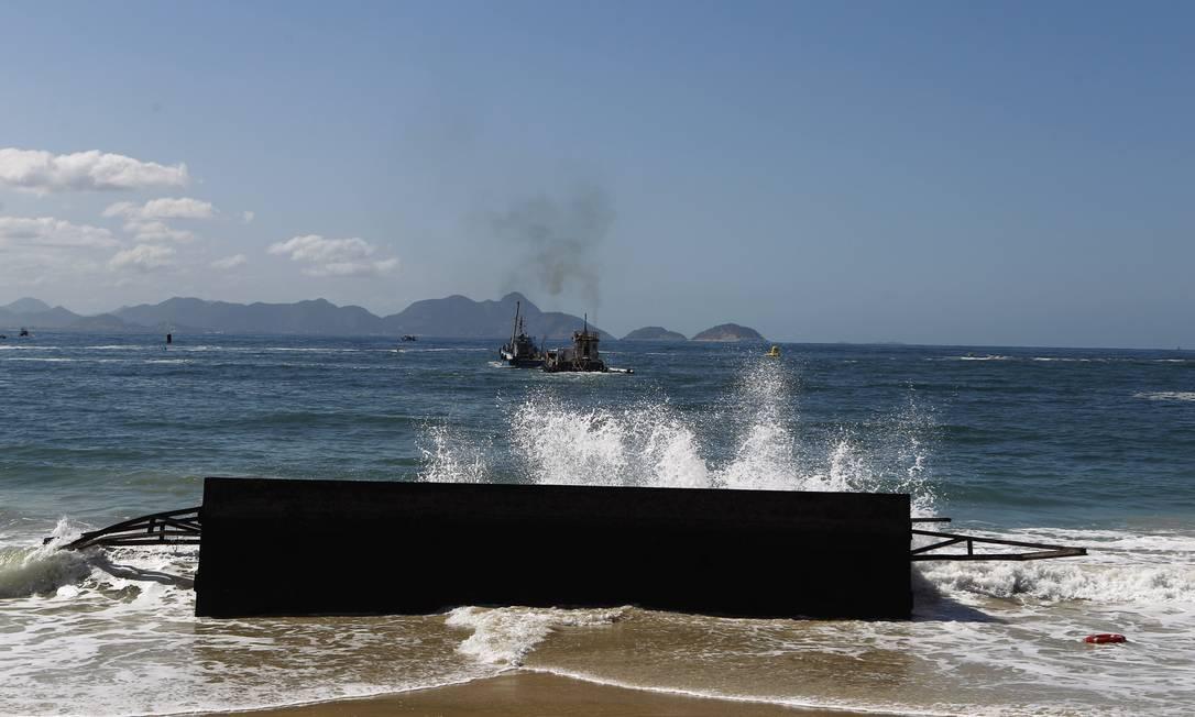 A estrutura, composta por quatro módulos, cedeu à violência da ressaca e foi parar na areia Foto: Luiz Ackermann / O Globo
