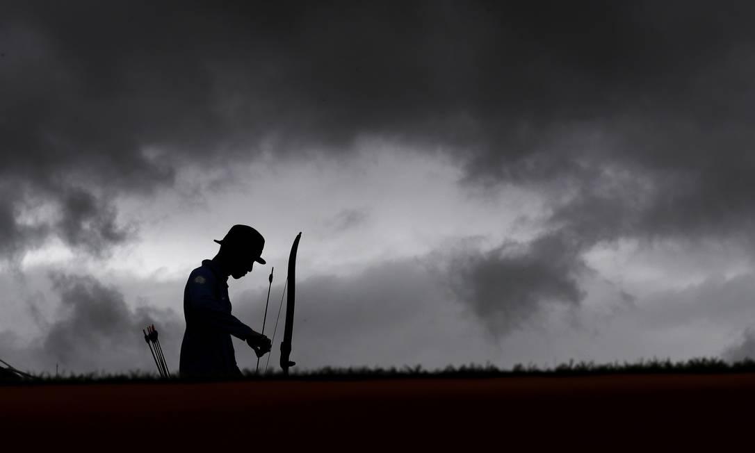 Silhueta de Guan-lin, de Taiwan, enquanto prepara a flecha para atirar com o arco em uma classificatória do individual, no Sambódromo Alessandra Tarantino / AP