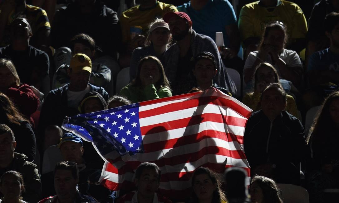 Torcida segura bandeira americana na Arena de Vôlei de Praia de Copacabana Daniel Marenco / Agência O Globo
