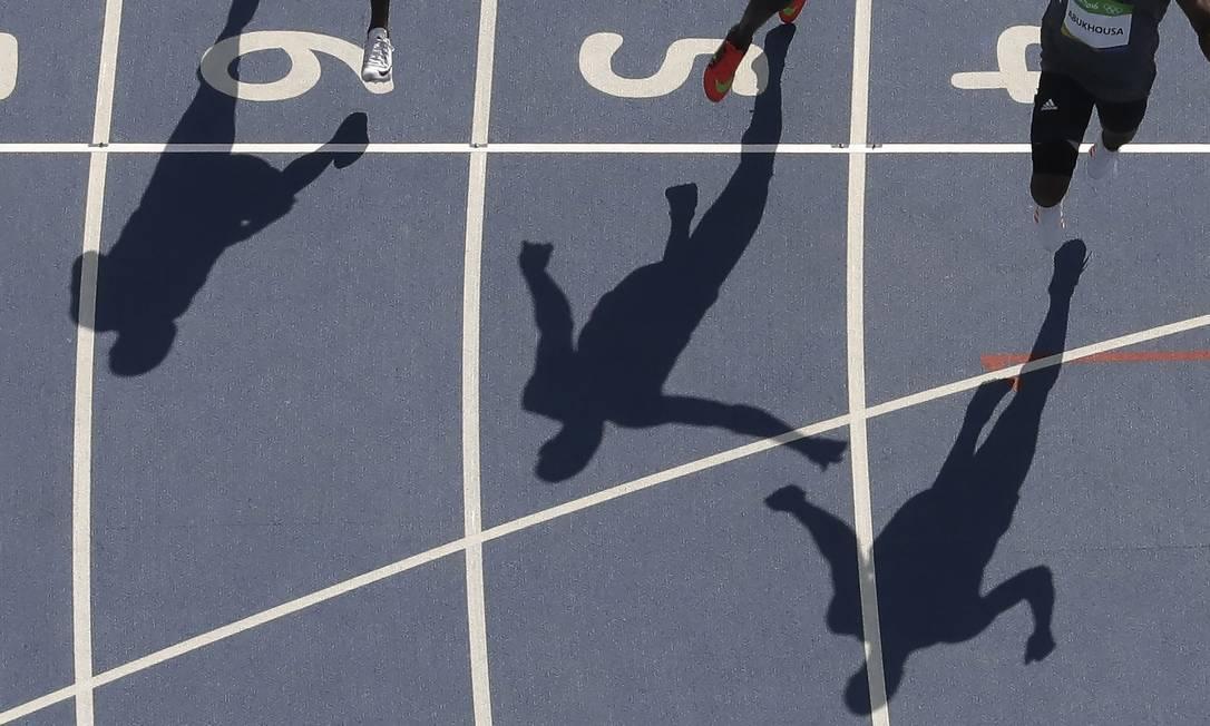Corredores competem em classificatória dos 100m rasos Morry Gash / AP