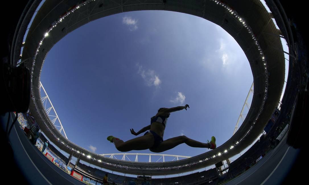 Paraskevi Papahristou, da Grécia, busca se classificar no salto em altura, no Estádio Olímpico PHIL NOBLE / REUTERS