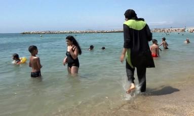 Mulher usa traje de banho islâmico em praia de Marselha Foto: AP