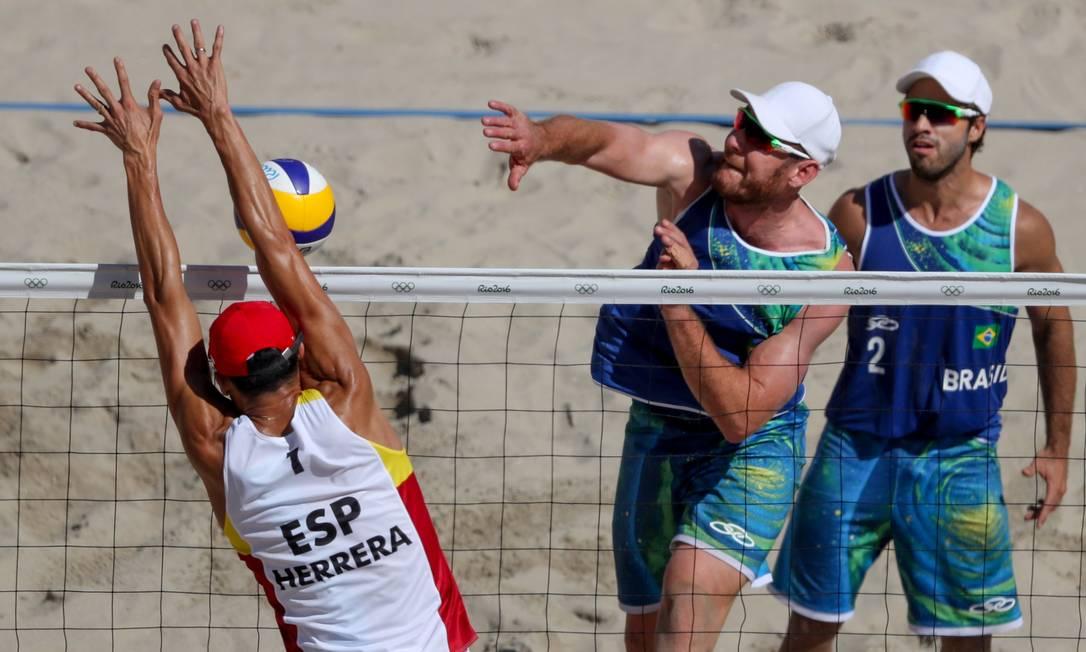 Os brasileiros Bruno e Allisson venceram a dupla espanhola por 2 sets a 0 em Copacabana Pedro Kirilos / Agência O Globo