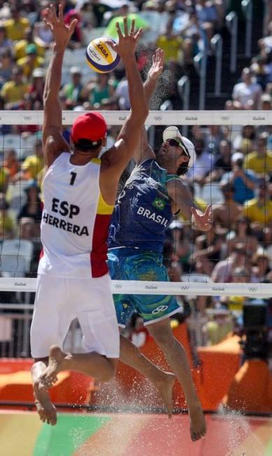A dupla brasileira é a atual campeã mundial no vôlei de praia e uma das favoritas ao ouro Pedro Kirilos / Agência O Globo