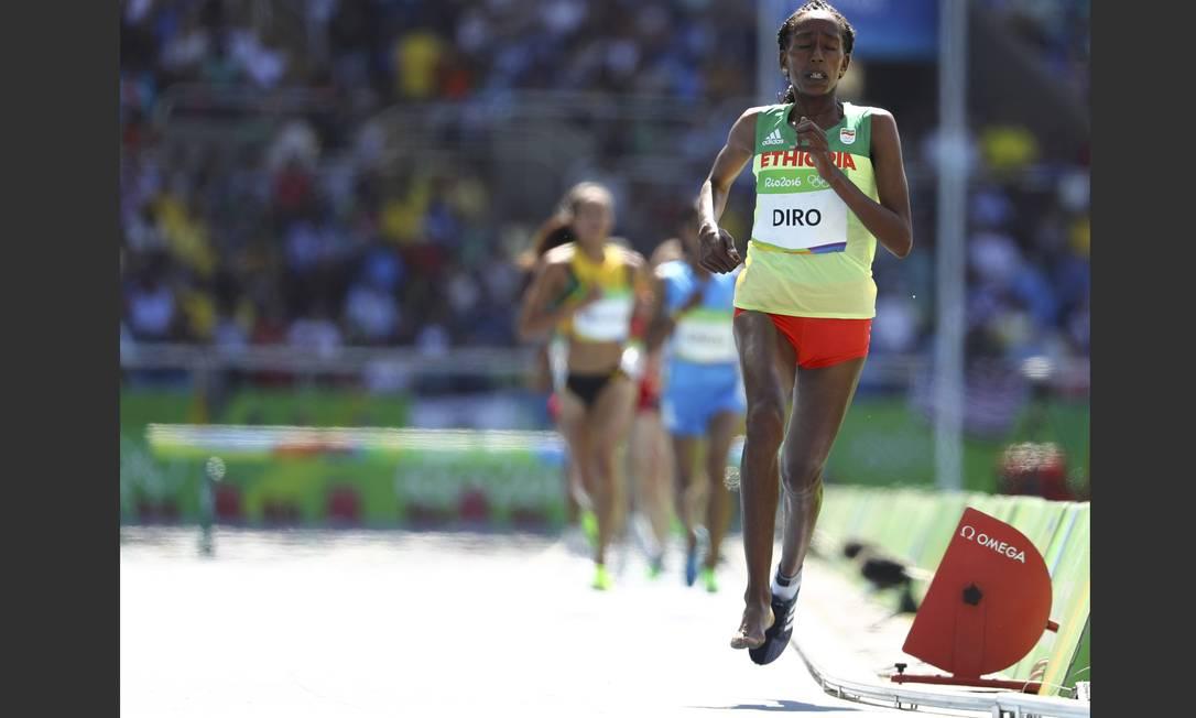 Com apoio da torcida, Diro corre com o pé direito descalço no chão quente do Engenhão LUCY NICHOLSON / REUTERS