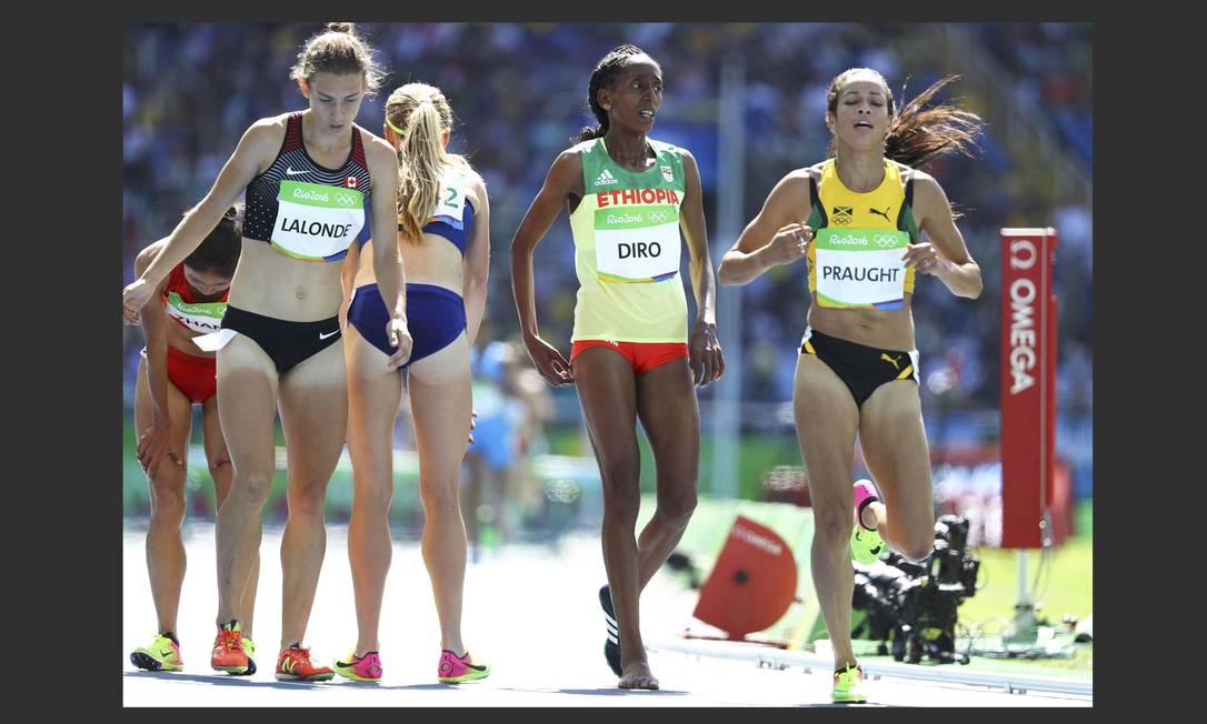 Após a corrida, a decepção da corredora dos 3.000m com obstáculos por obter apenas o sétimo lugar. A organização, no entanto, decidiu colocá-la na final por ter sido prejudicada por uma adversária LUCY NICHOLSON / REUTERS