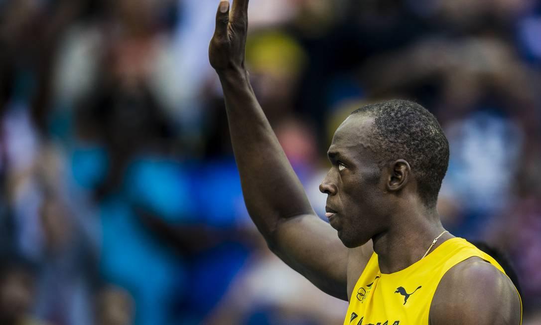 Bolt retribui os aplausos da torcida Adriano Vizoni / Folhapress/NOPP