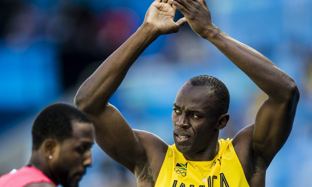 Ao cruzar a linha de chegada, o astro jamaicano aplaude e agradece ao público Adriano Vizoni / Folhapress/NOPP