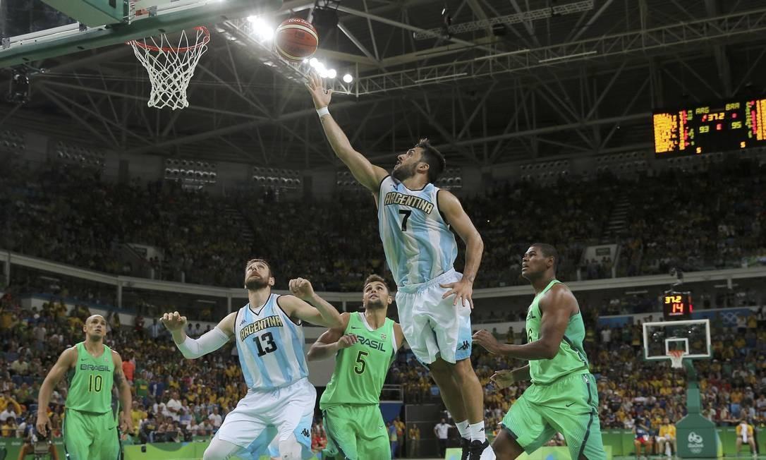 Destaque do jogo com 34 pontos, Facundo Campazzo parte para a cesta JIM YOUNG / REUTERS