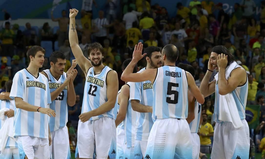 Jogadores da Argentina se abraçam e comemoram vitória emocionante sobre o Brasil JIM YOUNG / REUTERS