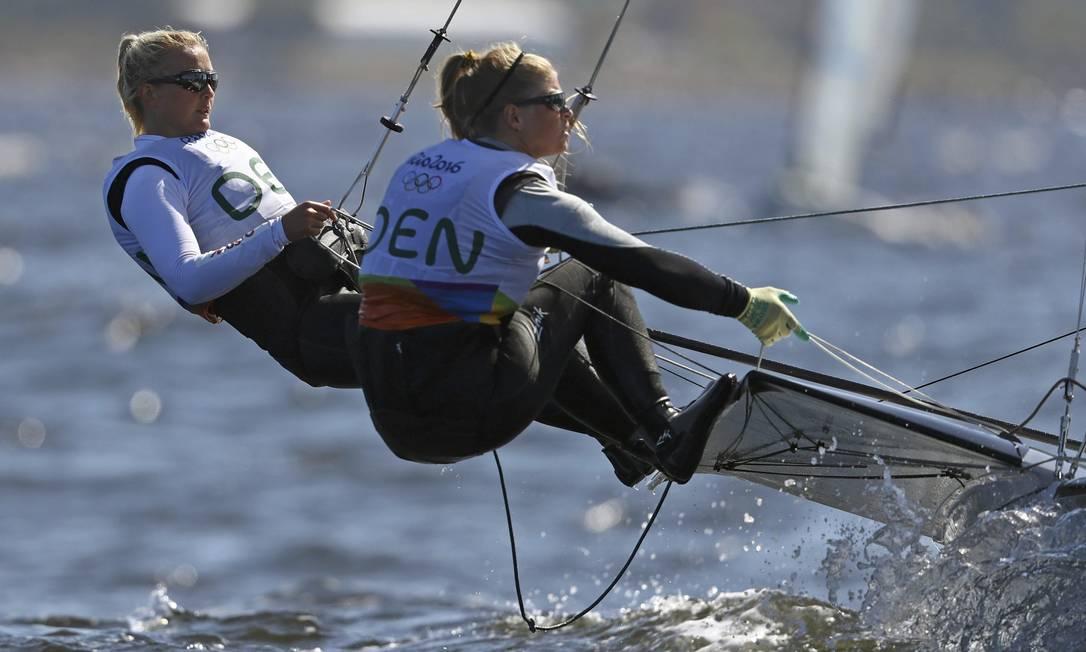 A dupla da Dinamarca, Jena Hansen e Katja Salskov-Iversen, durante a regata. Elas lideram o ranking da classe BENOIT TESSIER / REUTERS