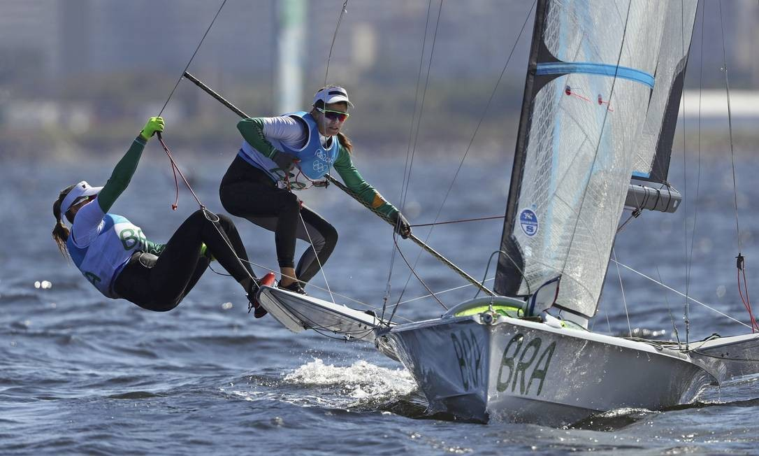 Martine Grael e Kahena Kunze venceram uma das regatas do dia e estão na segunda colocação BENOIT TESSIER / REUTERS