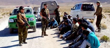 Imigrantes ilegais são presos na fronteira chilena Foto: El Mercurio