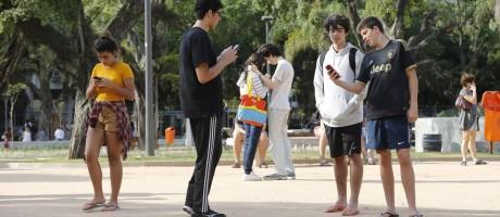 Jovens jogam Pokémon Go na Praça Nossa Senhora da Paz, na Zona Sul do Rio: game gera ganhos não só para as empresas criadoras do app Foto: Domingos Peixoto / Agência O Globo/4-8-2015
