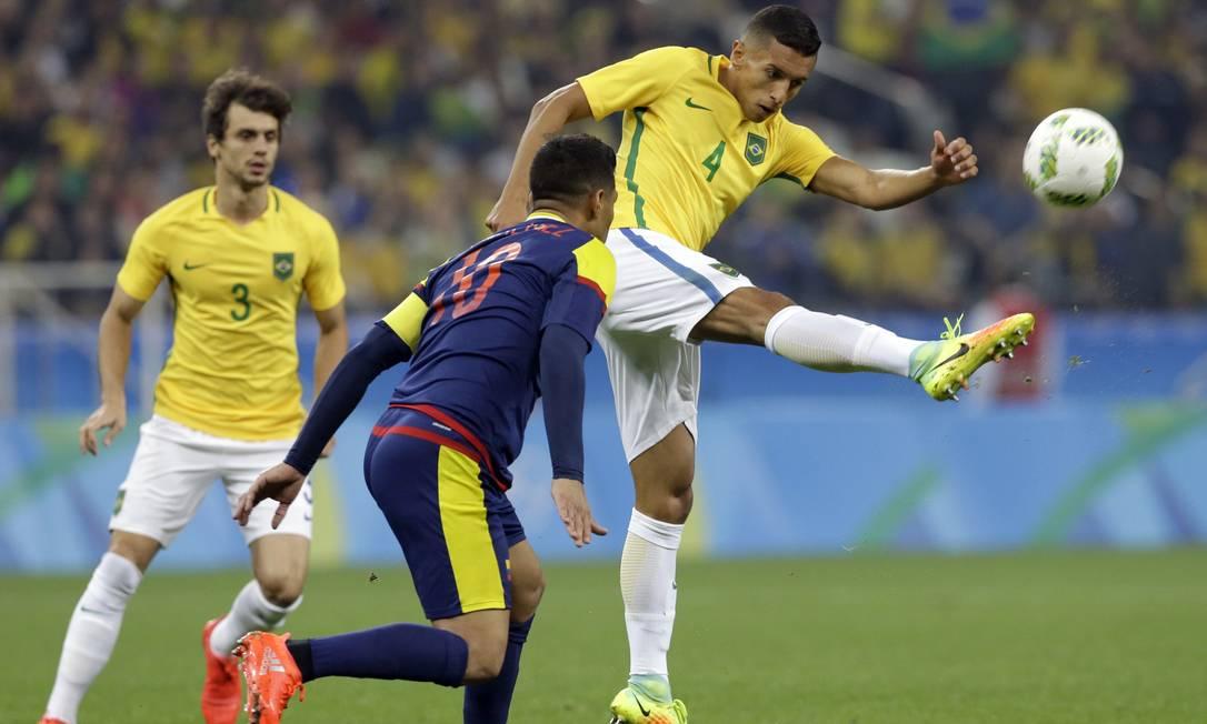 Marquinhos dá umchutão e afasta a bola da área brasileira Leo Correa / AP