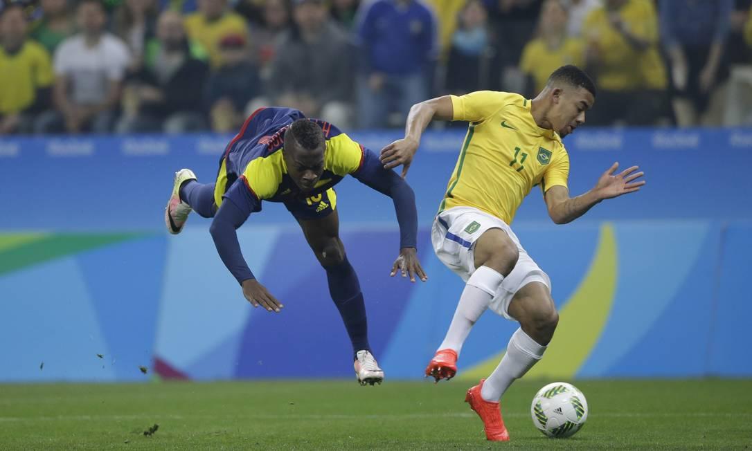 Palacios decola, e Gabriel Jesus fica com a bola Nelson Antoine / AP