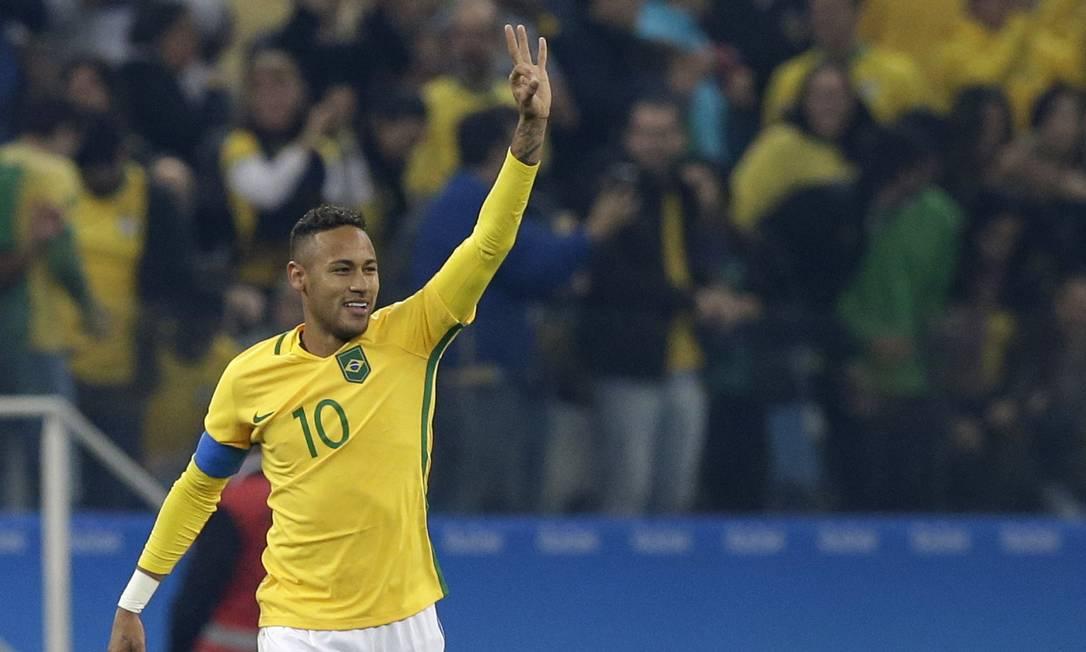 Neymar acena e celebra gol de falta pela seleção brasileira Leo Correa / AP