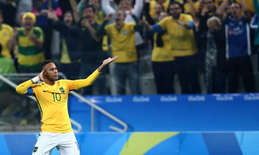 Neymar faz o gesto de que quer ouvir a festa da torcida no Itaquerão Lucas Figueiredo / Mowa Press