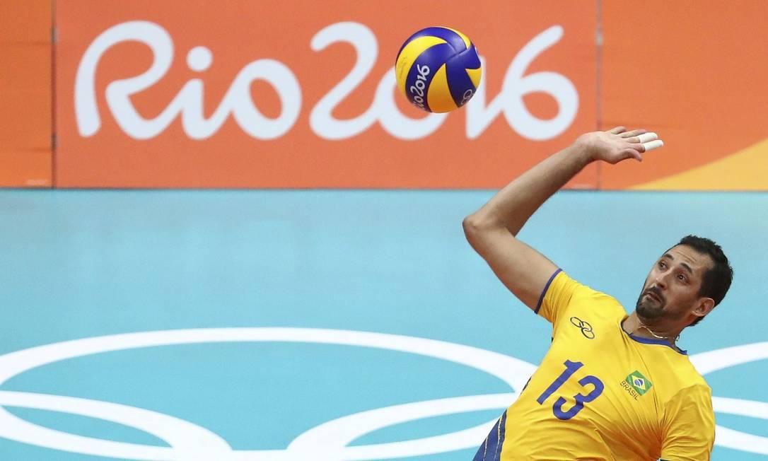 Mauricio de Souza sobe para bater e botar a bola na quadra italiana YVES HERMAN / REUTERS