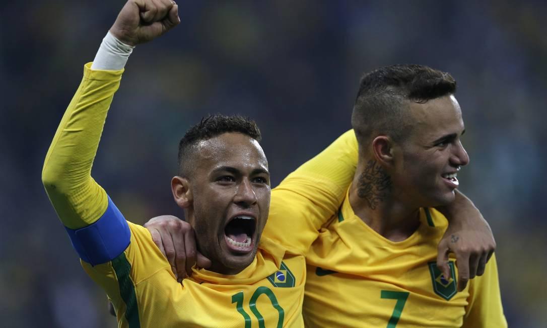 Luan comemora com Neymar após marcar o segundo gol Leo Correa / AP