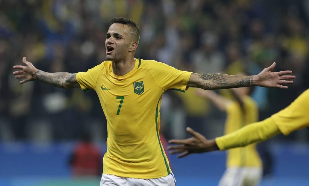 Luan comemora após marcar o segundo gol no jogo contra a Colômbia Leo Correa / AP