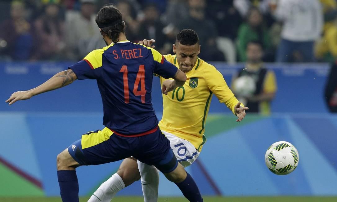 Neymar disputa a bola com o colombiano Sebastian Perez Leo Correa / AP