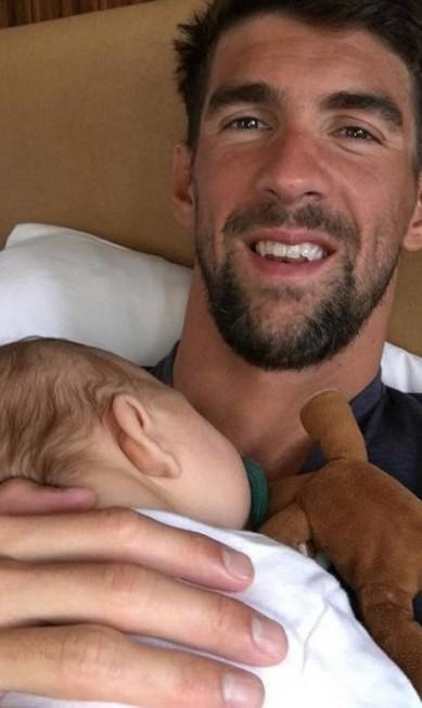 Com quatro medalhas de ouro, Michael Phelps pode ser considerado um dos papais mais felizes desta Olimpíada. Ao lado do pequeno Boomer, de três meses, o nadados comemora seu 'segundo' Dia dos Pais, já que nos Estados Unidos a data é comemorada em junho. Reprodução/Instagram