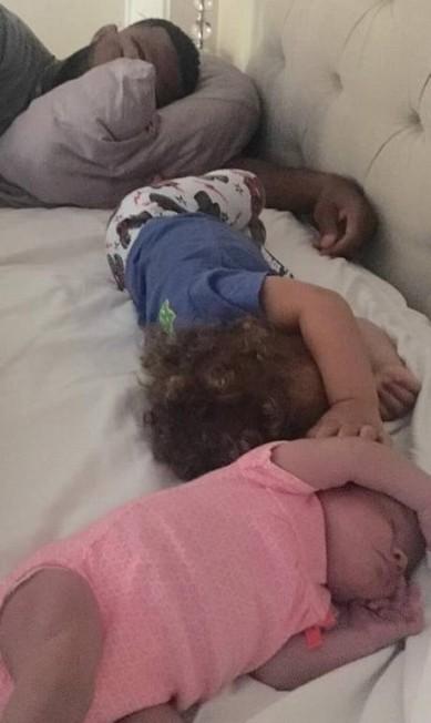 Jordan Burroughs, da luta olímpica, é outro atleta que gosta de postar fotos com os filhotes nas redes sociais. Será que foram Beacon e Ora Reese que deram essa 'canseira' no papai? Reprodução/Instagram