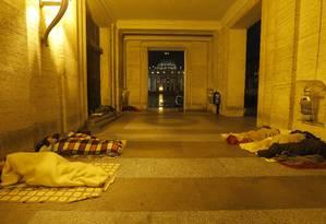Foto de arquivo mostra moradores de rua dormindo com a basílica de São Pedro ao fundo Foto: Dmitry Lovetsky / AP