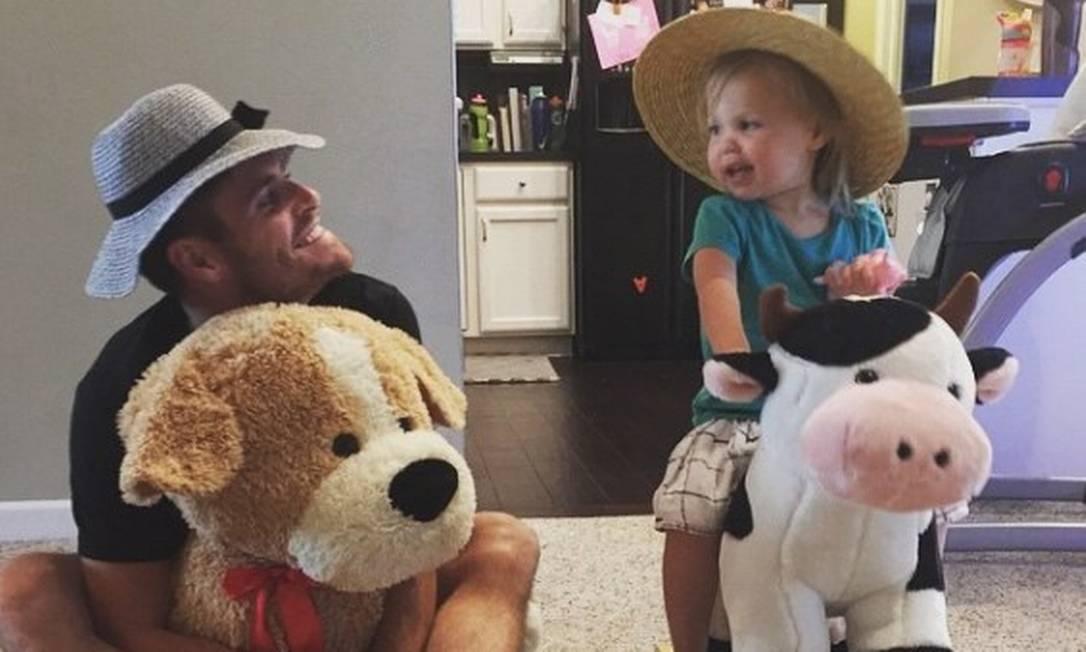 Pai babão, David Boudia e filhota se divertem durante brincadeira em casa. O saltador americano foi prata do salto duplo e deixou a pequena orgulhosa Reprodução/Instagram