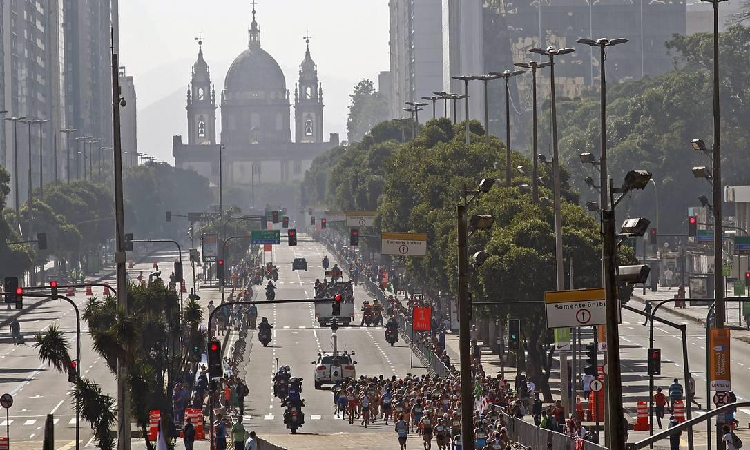 A maratona irá passar por diversos cartões postais da cidade, como a igreja da Candelária Luiz Ackermann / Agência O Globo