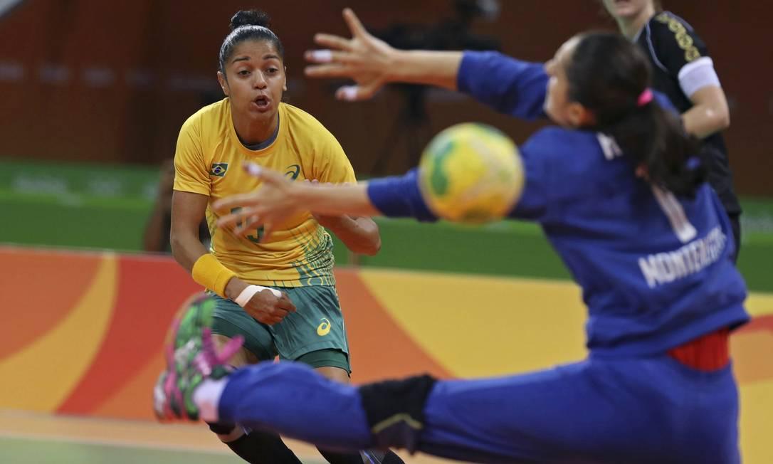 O Brasil enfrentou Montenegro pelo grupo A do handebol feminino DAMIR SAGOLJ / REUTERS