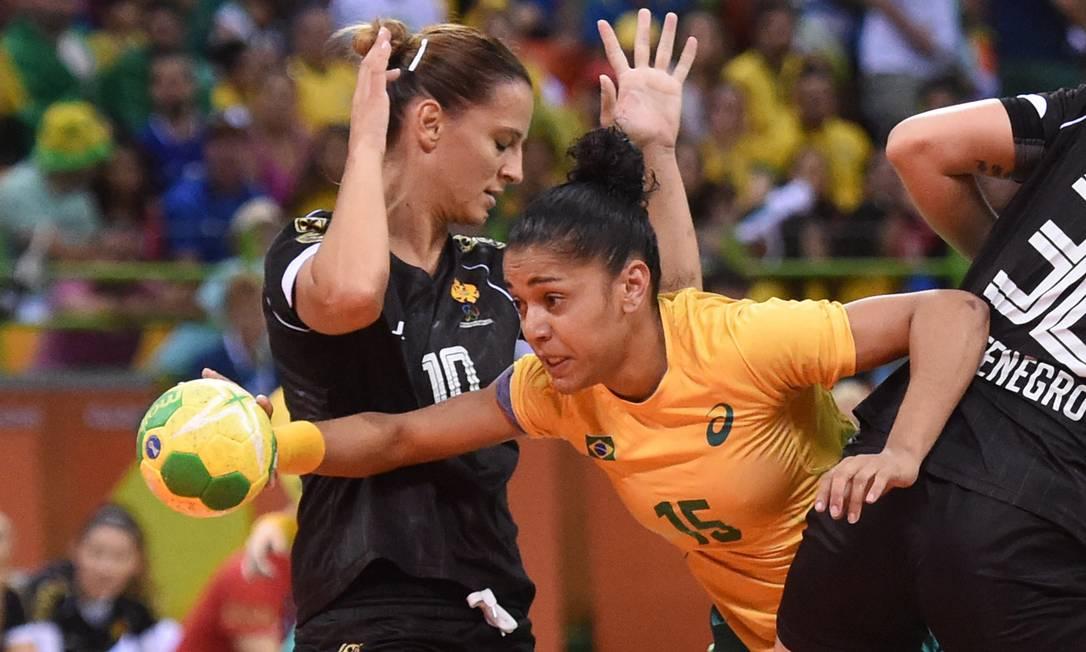 O time feminino de handebol está sendo muito elegiado pelo público. Em sua estreia, as meninas venceram as atuais campeãs mundiais, a Noruega Agência O Globo