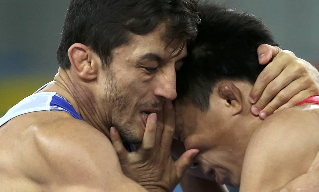 O japonês Shinobu Ota, venceu sua primeira luta derrotando o iraniano Hamid Mohammad Soryan (de azul) TORU HANAI / REUTERS