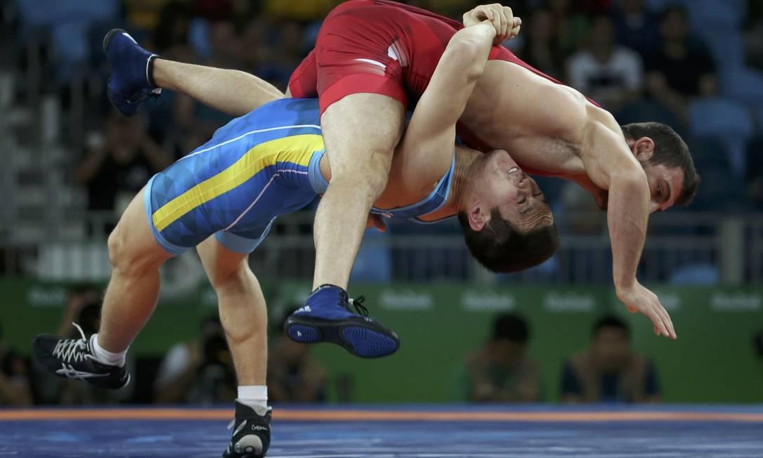 Outra luta da categoria 75kg foi entre Zurabi Datunashvili da Geórgia e Doszhan Kartikov do Cazaquistão TORU HANAI / REUTERS