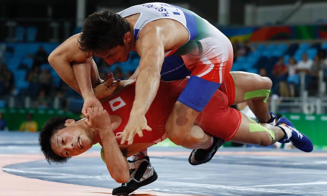 O japonês Shinobu Ota, venceu sua primeira luta derrotando o iraniano Hamid Mohammad Soryan (de azul) JACK GUEZ / AFP