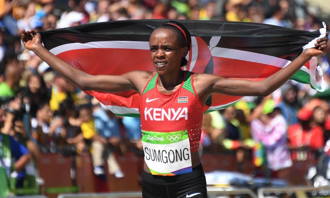 Jemima Jelagat Sumgong, do Quênia, celebra sua vitória na maratona feminina JOHANNES EISELE / AP