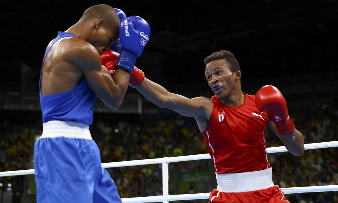 No terceiro round, os dois lutadores trocaram muitos golpes PETER CZIBORRA / REUTERS