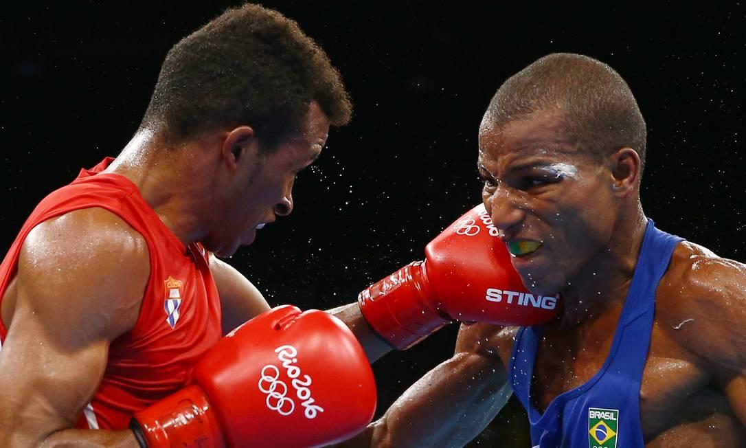 Já no segundo round, todos os juízes deram vantagem para o brasileiro PETER CZIBORRA / REUTERS